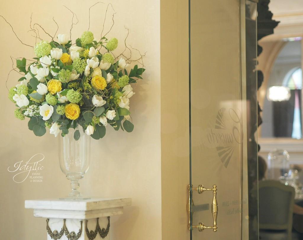 aranjament intrare accente galbene, Grand Hotel Continental