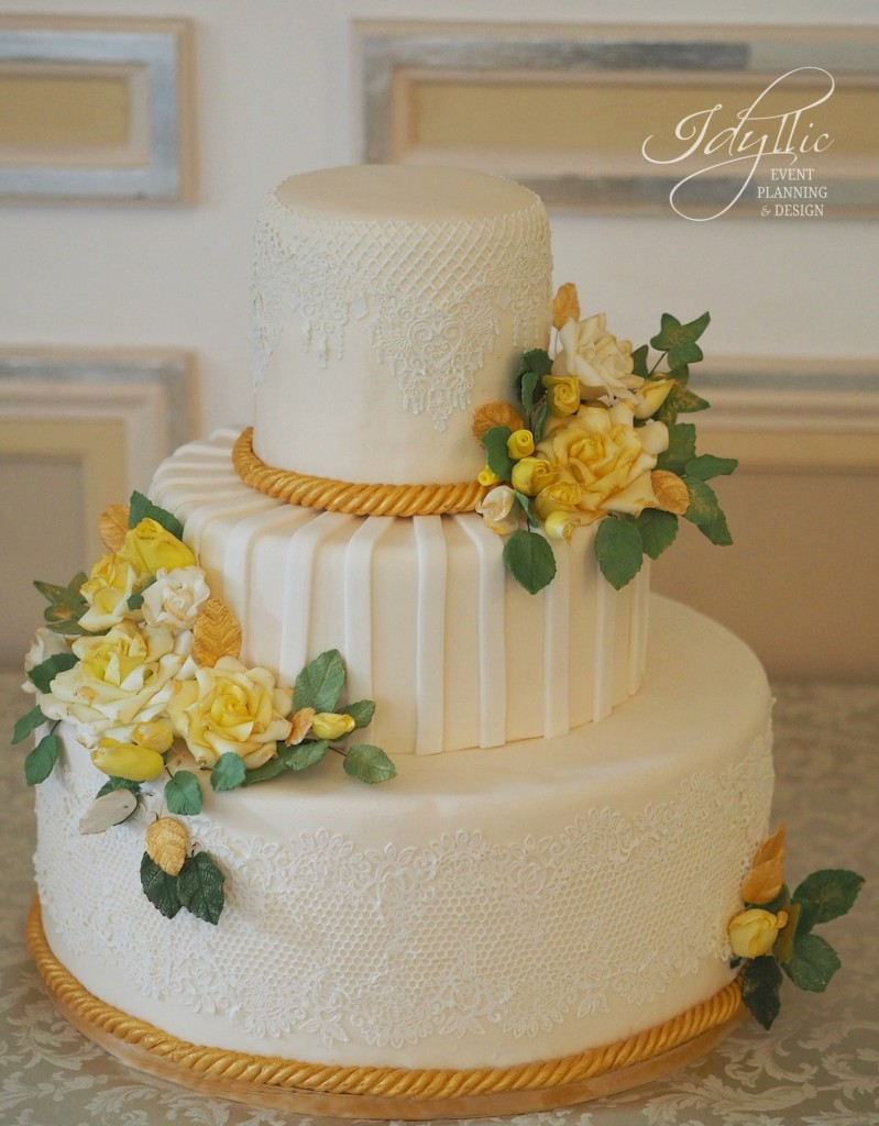 tort nunta  elegant cu dantela si trandafiri galbeni